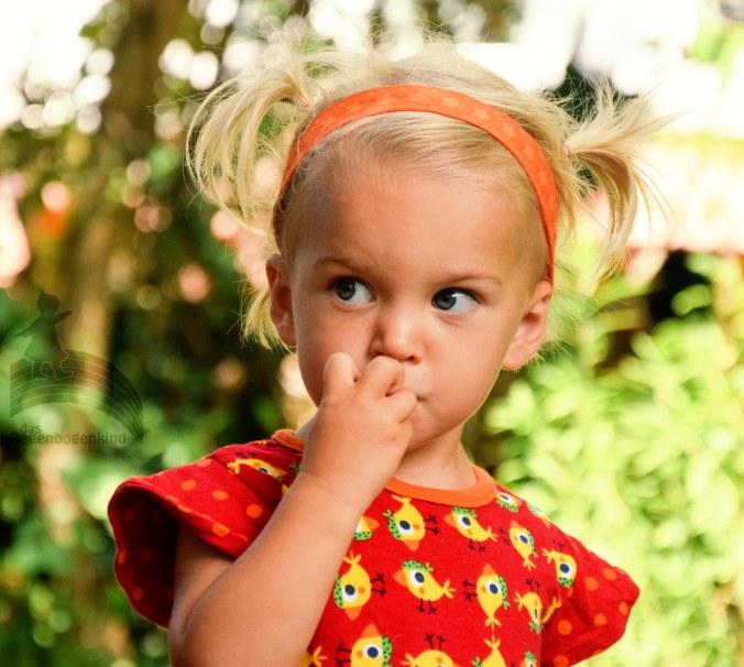 Dargestellt ist meine zweijährige Tochter, mit dem Haarband in Nahaufnahme
